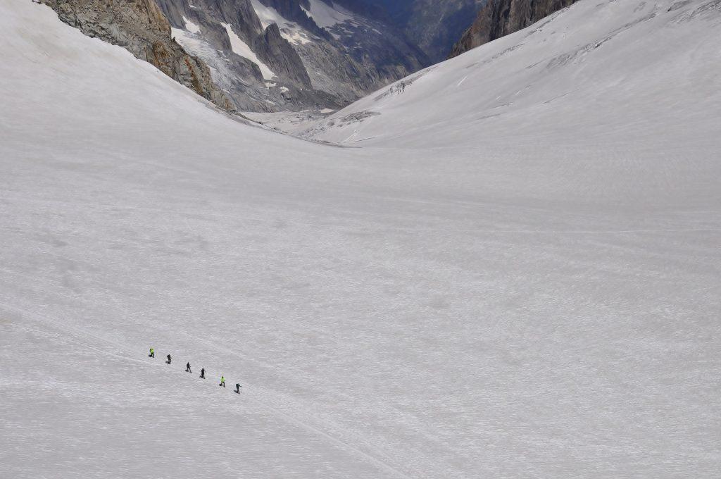 persone che camminano in una vallata del monte bianco / people walking in a mont blanc valley