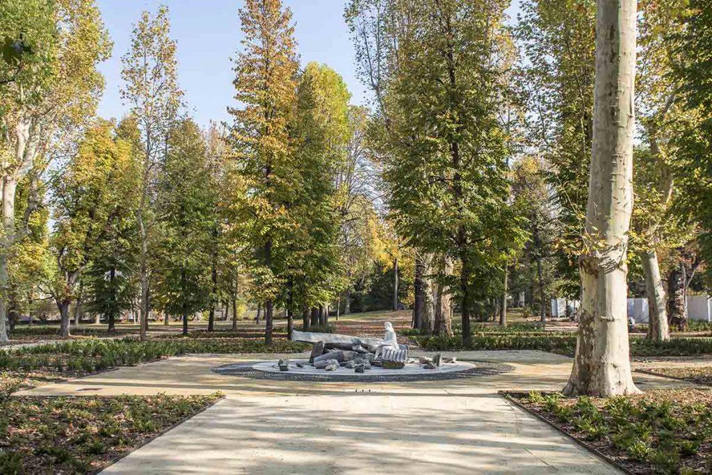 giardino - L'opera Pietre Preziose al centro del Boschetto . garden - The work Precious Stones in the center of the Grove