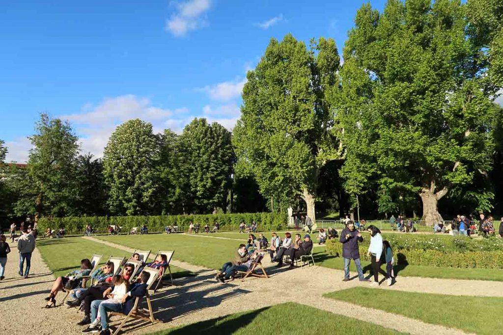 persone che si rilassano ai giardini - people relaxing in the gardens