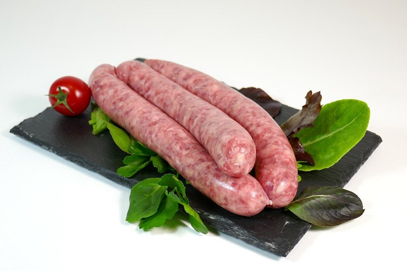 pasta con salsiccia-salsicce in cucina - pasta with sausage. white sausages