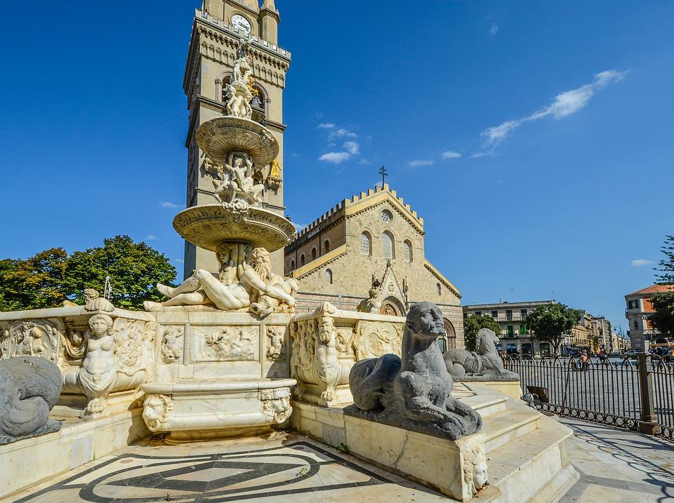 Il duomo di Messina visto dalla piazza / the cathedral of Messina