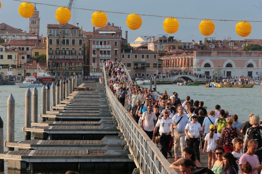 redentore a venezia - ponte che conduce verso la chiesa del Redentore / redeemer in venice - bridge leading to the church of the redentore
