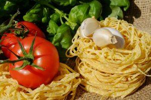 Una lucertola in un piatto prodotto finto italiano