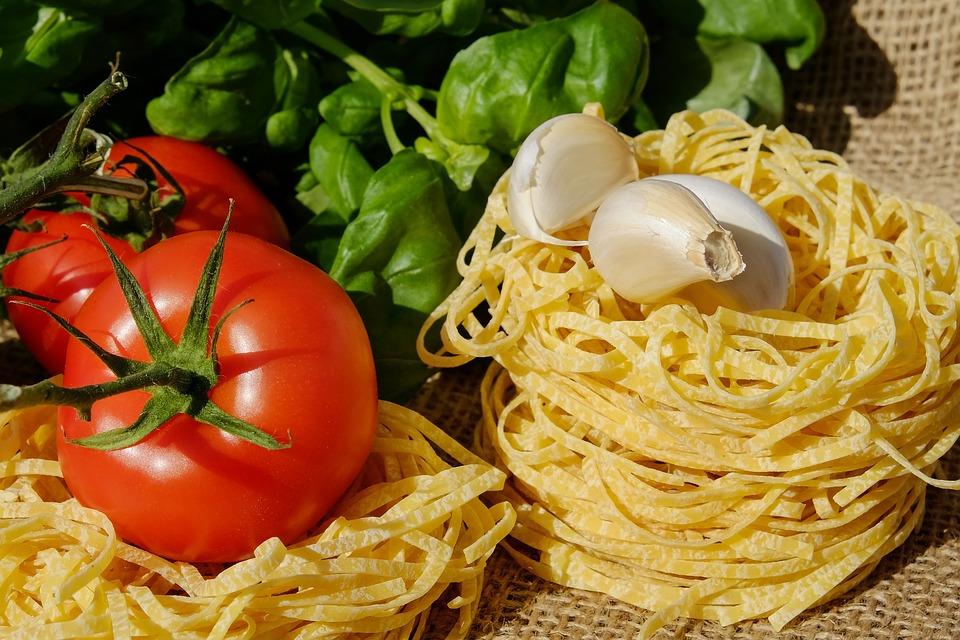 Una lucertola in un piatto prodotto finto italiano - A lizard in an Italian fake product dish