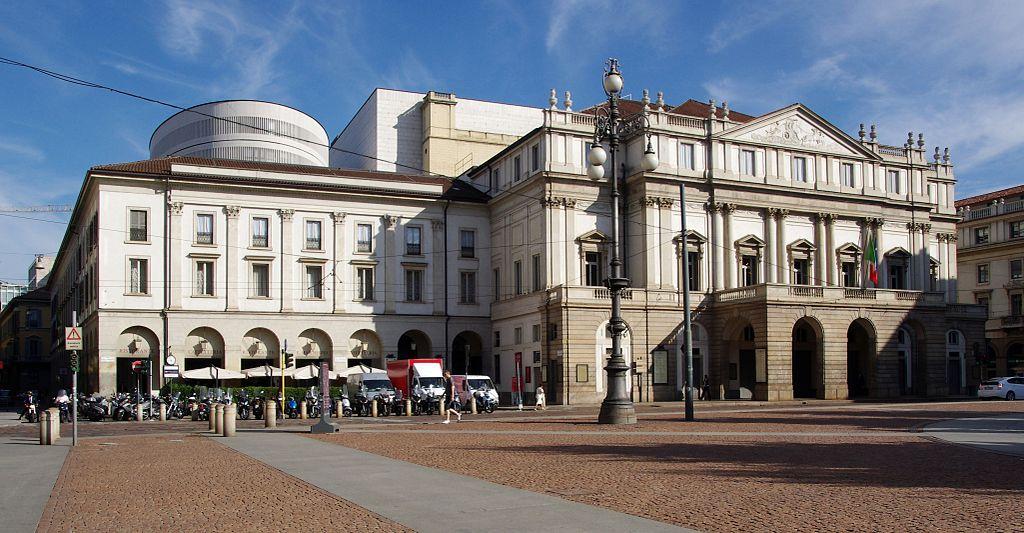 Teatro alla Scala di Milano sulla piazza