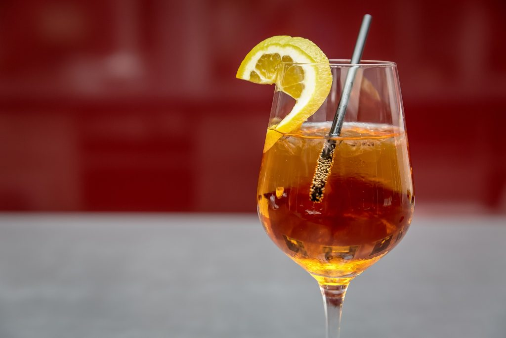 un bicchiere di spritz con cannuccia  - a glass of spritz with straw