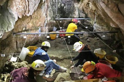 Il lavoro dei ricercatori che hanno trovato i resti umani