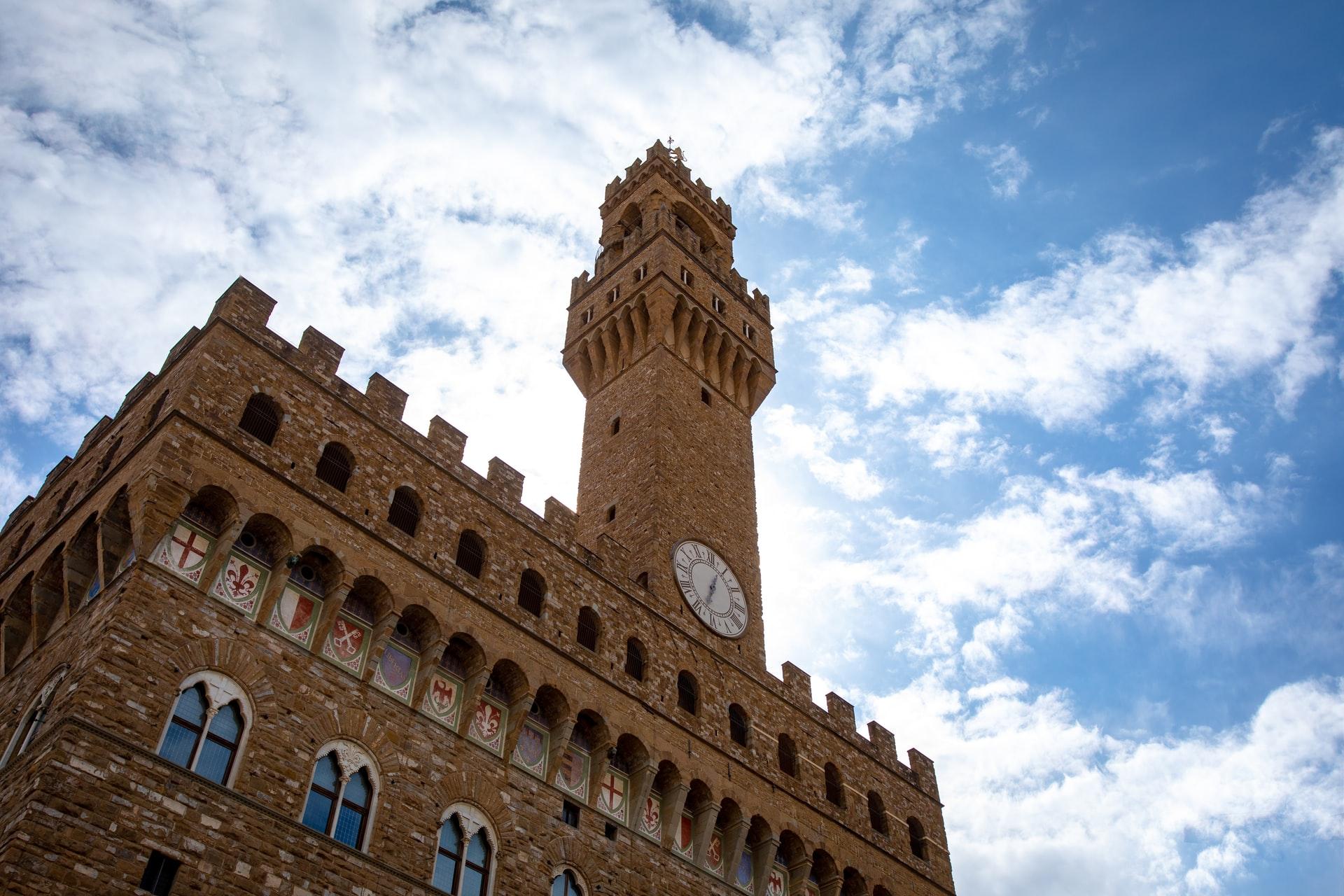 veduta della torre con orologio palazzo Vecchio a Firenze