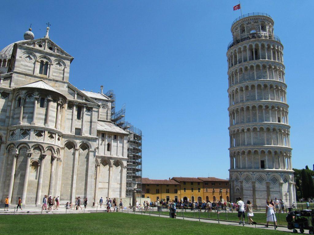 torre di Pisa con turisti / Tourists visiting the Tower
