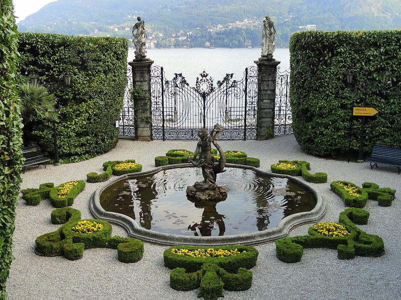 Sul lago di Como si trovano molte ville tra cui Villa Carlotta / On Lake Como there are many villas including Villa Carlotta