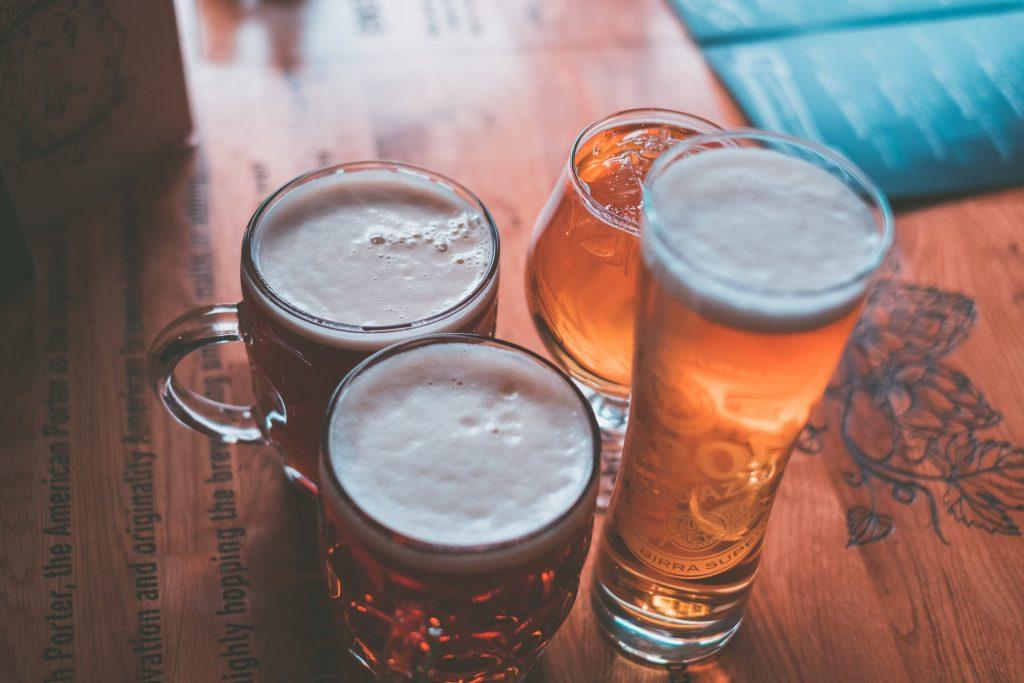 4 bicchieri di birra su tavolo