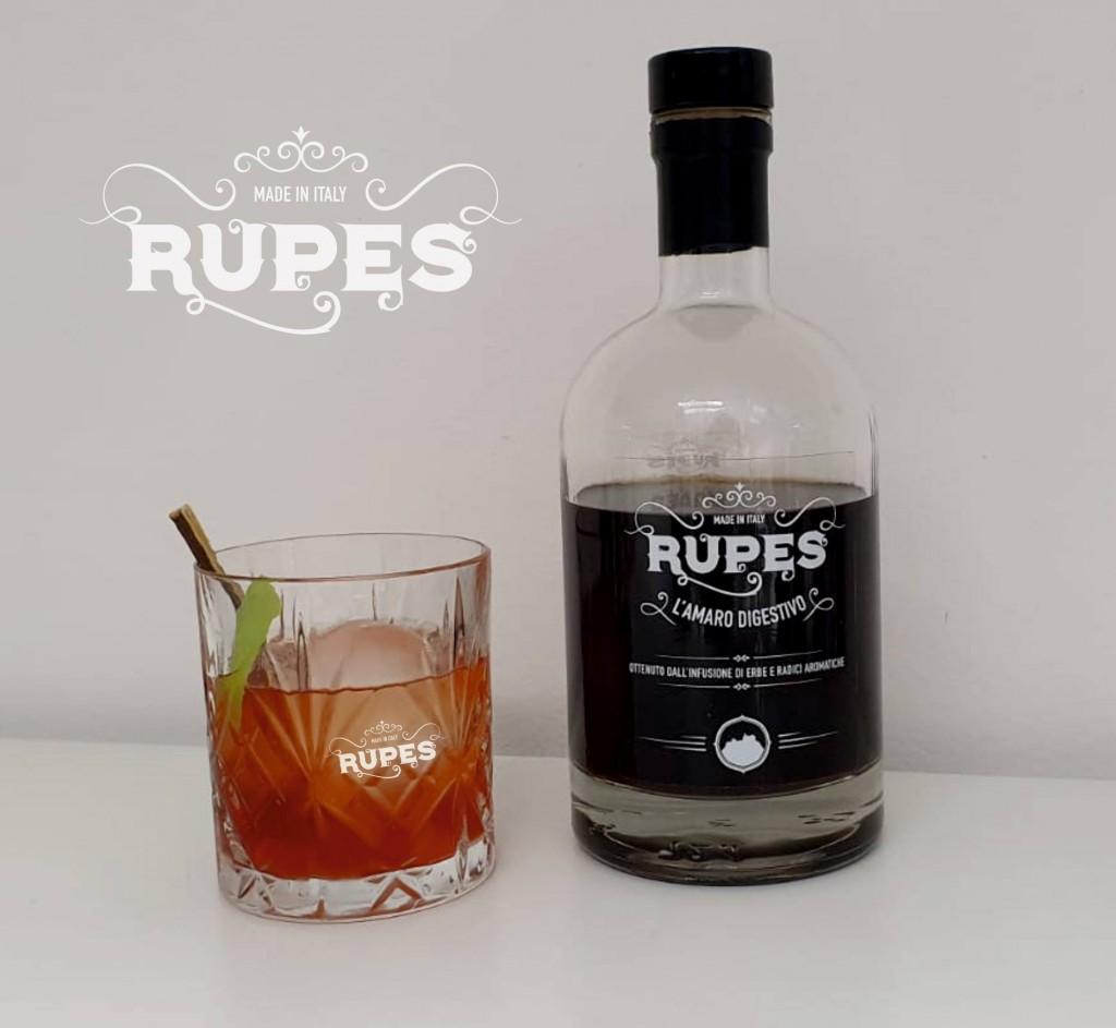 Amaro Rupens con accanto un bicchiere