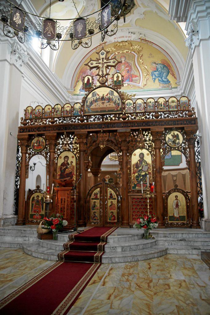 la Chiesa Madre di Santa Maria Assunta. L'altare con l'iconostasi intarsiata