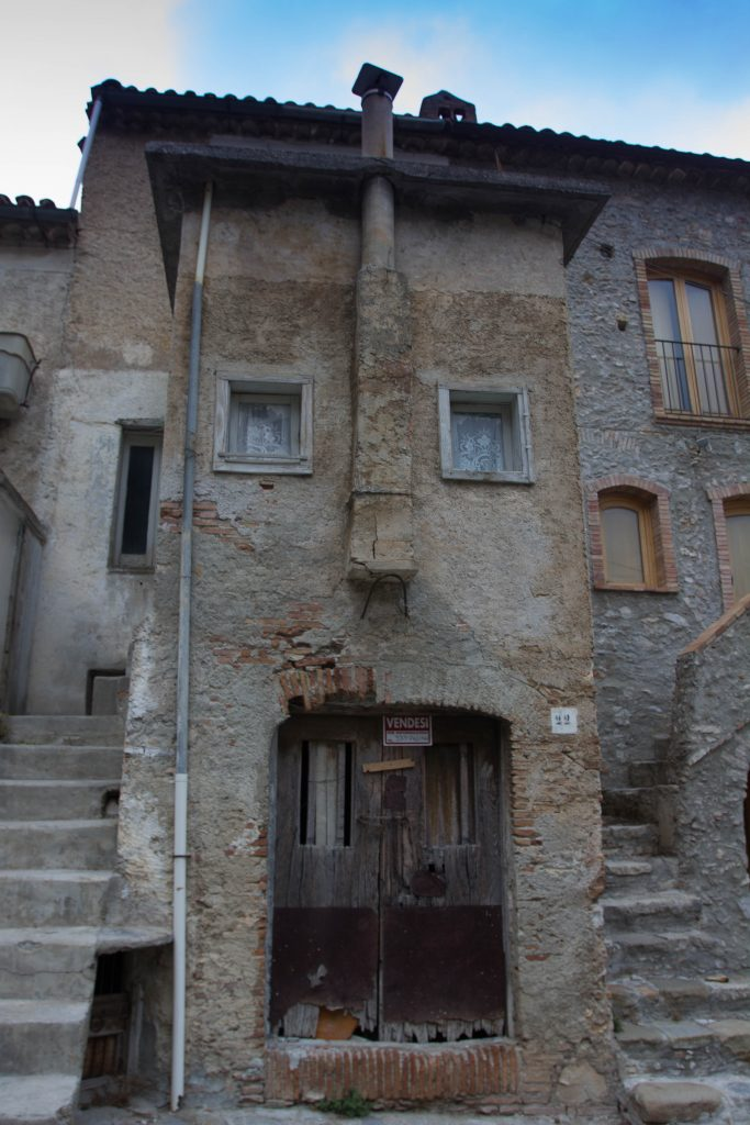 una casa Kodra con la tipica facciata antropomorfa di Civita