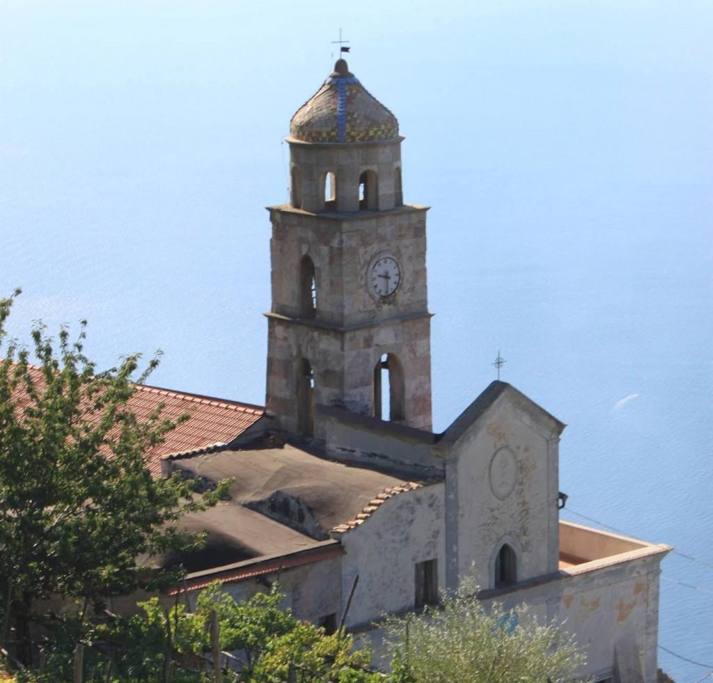 scorcio di chiesa con orologio