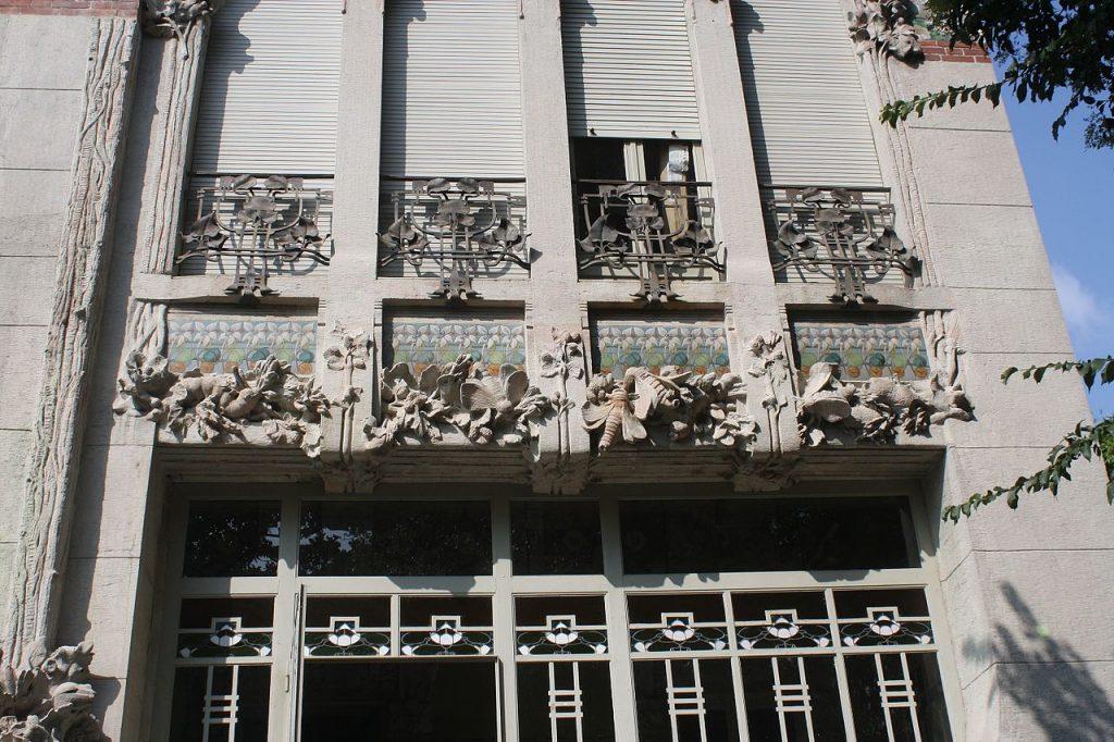 Villa Bernasconi, dettaglio della decorazione cementizia nella quale è rappresentato il ciclo vitale del baco da seta