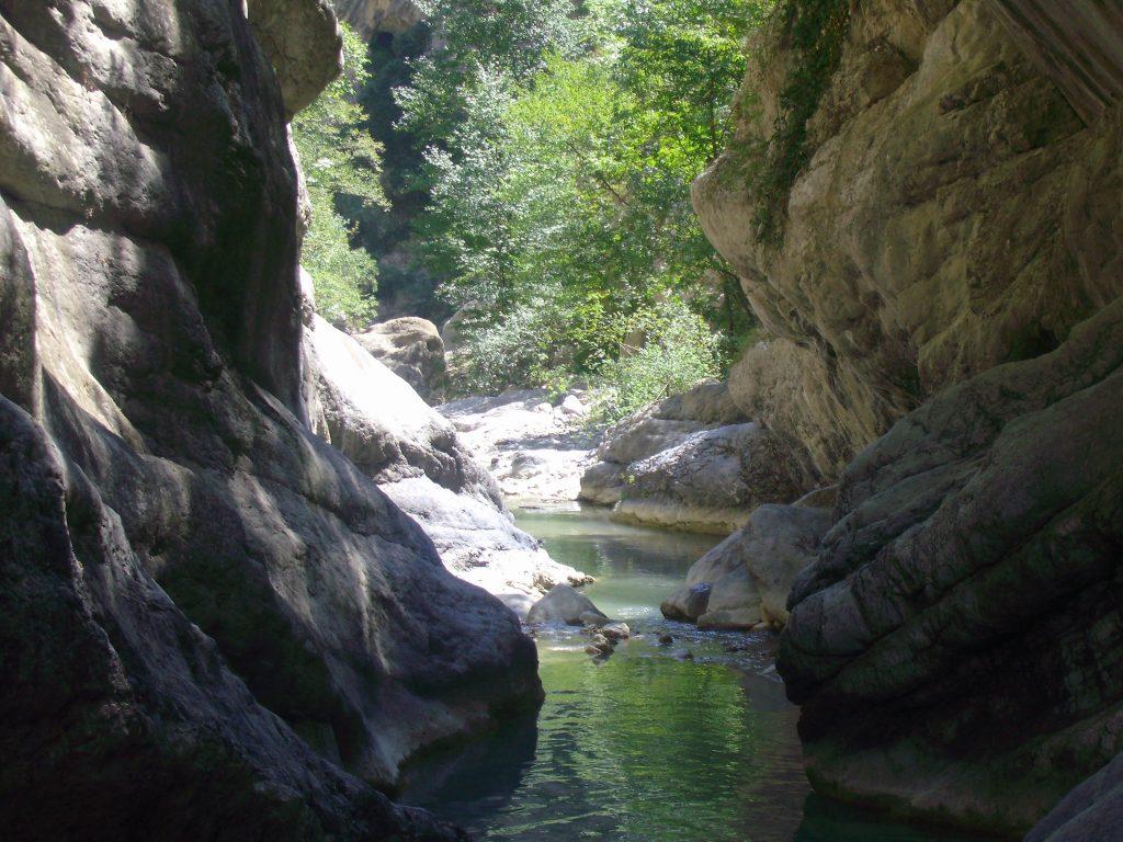 Le gole del Raganello a Civita, uno scorcio del fiume e della parete rocciosa