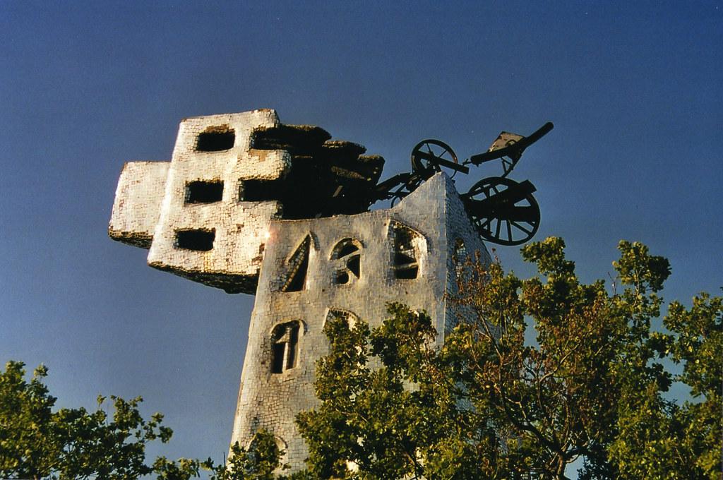 la torre di babele uno degli arcani realizzati da Niki de Saint Phalle nel giardino dei tarocchi