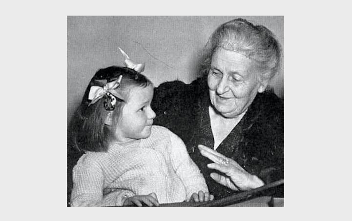 foto in bianco e nero di Maria Montessori con una bambina