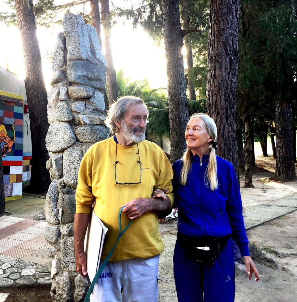 Nik Spatari e Hiske Maas paseggiano all'interno del MuSaBa
