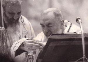 San Pio in una delle ultime messe