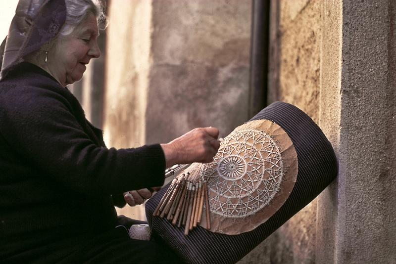 Pescocostanzo, donna che lavora al tombolo. Foto Il Portale di Pescocostanzo