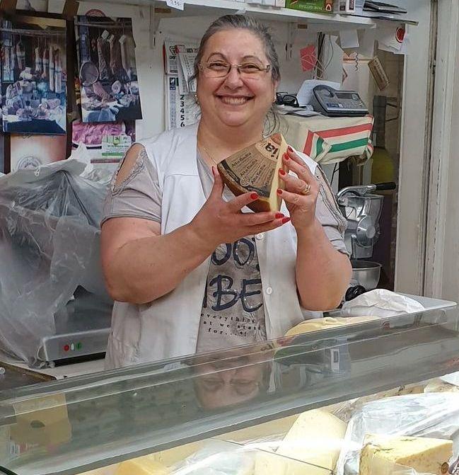 Rosaria Marsico con un pezzo di formaggio