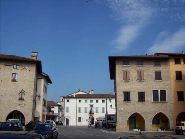 Piazza del Municipio di Valvasone Arzene con i palazzi medievali