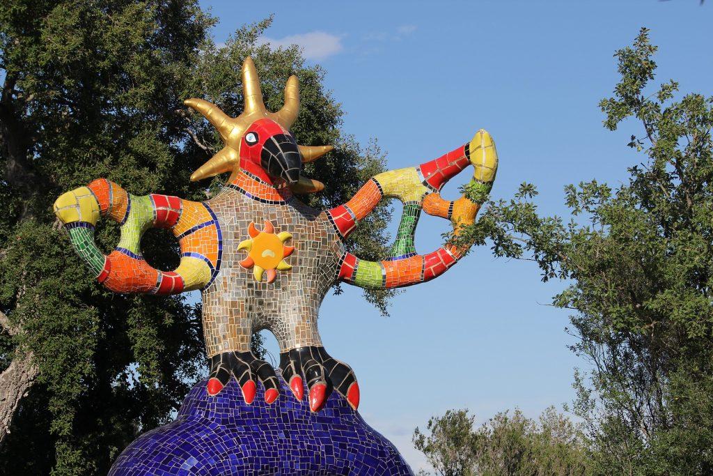 scultura rivestita di ceramica colorata nel giardino dei tarocchi