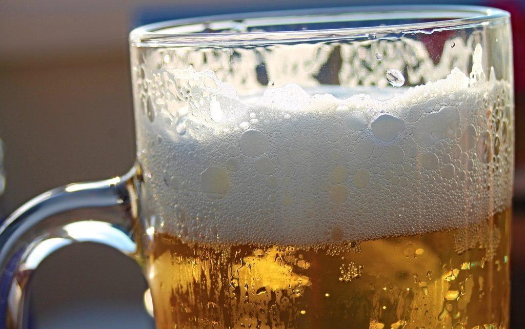 un boccale di birra con la schiuma