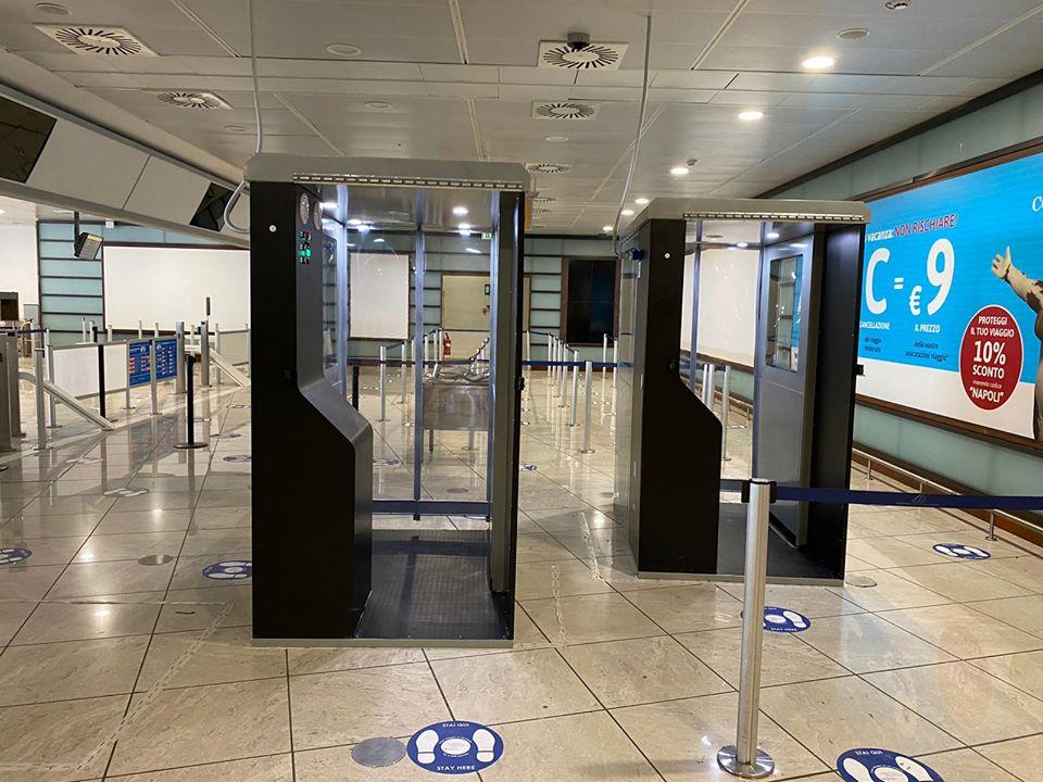 Le cabine per la sanificazione  posizionate all'aeroporto