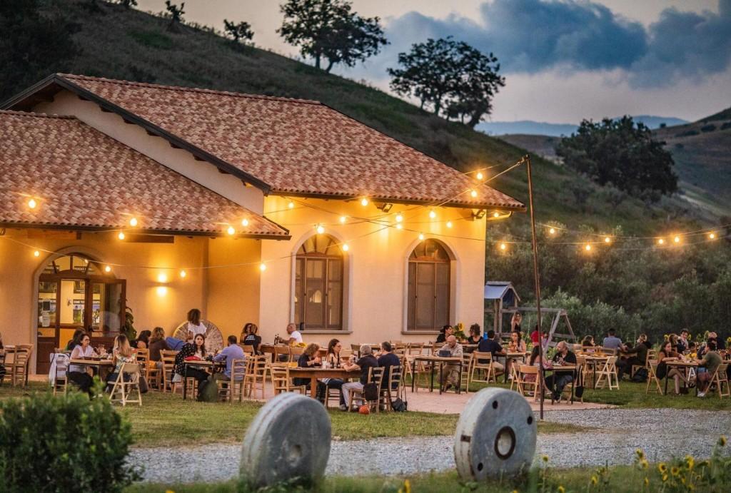 esterno mulinum con ospiti a cena