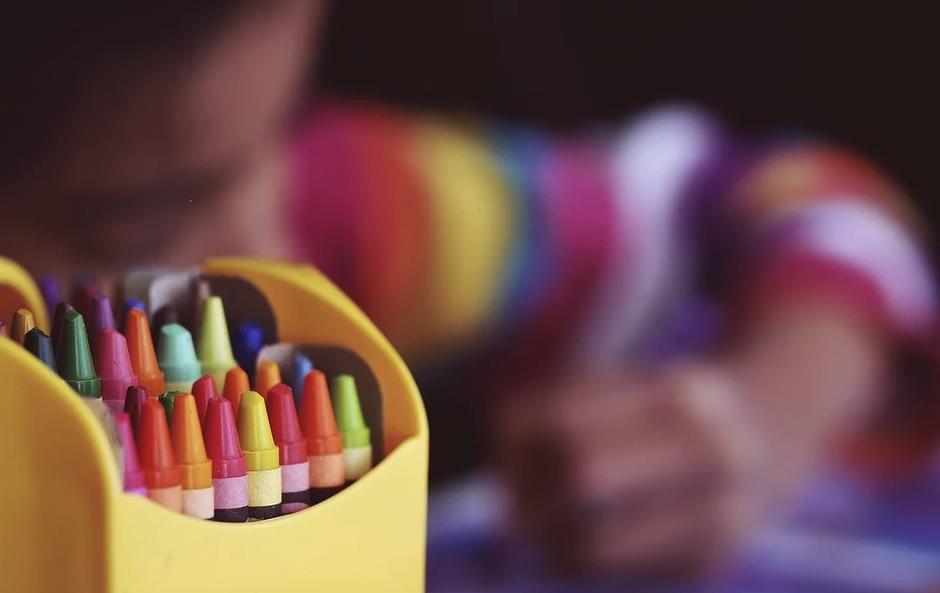 Maria Montessori - colori a cera in un contenitore