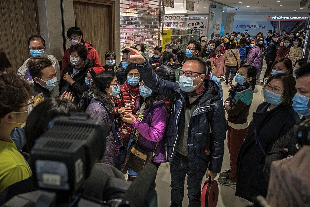 Emergenza Coronavirus, file di persone
