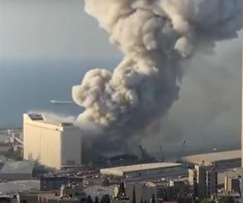 Esplosione a Beirut con fumo tossico