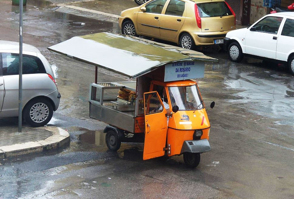 Un ambulante che vende street food a Palermo