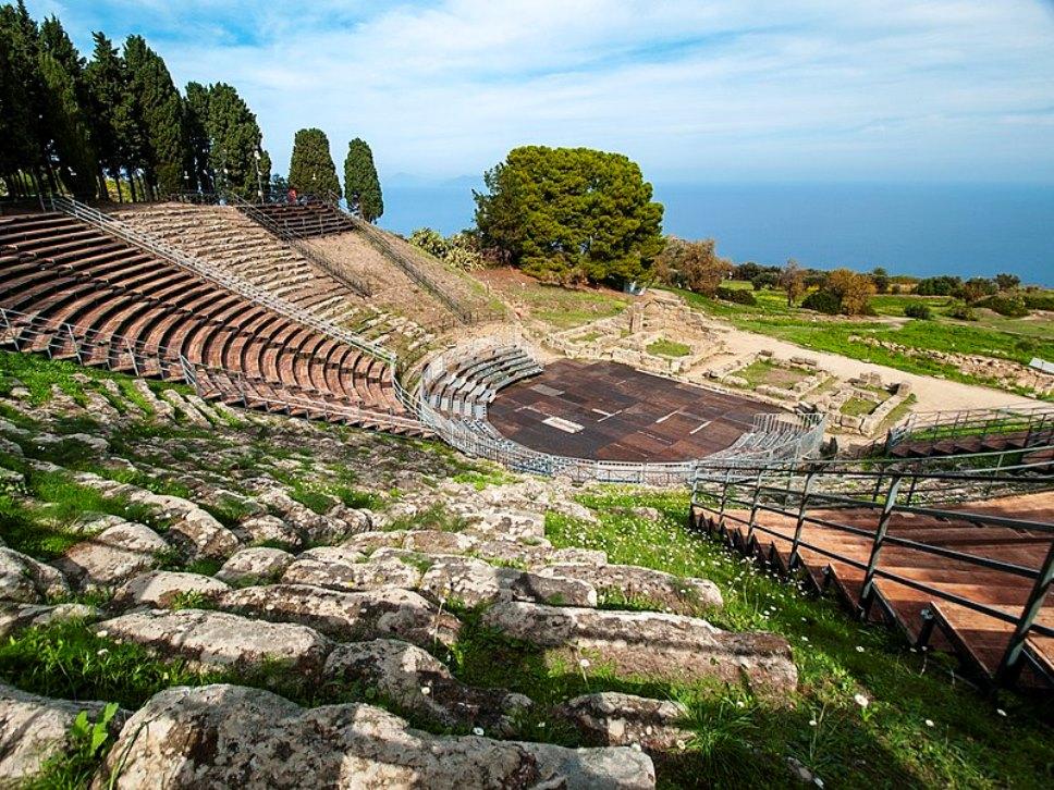 Il teatro greco di Tindari dove si sta svolgendo il Mythos Opera Festival