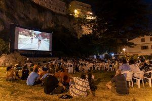 Foto di una proiezione durante la Guarimba Film Festival il pubblico numeroso nel parco della Grotta