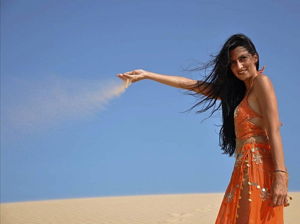 Giulia fresca in un'altra foto nel deserto