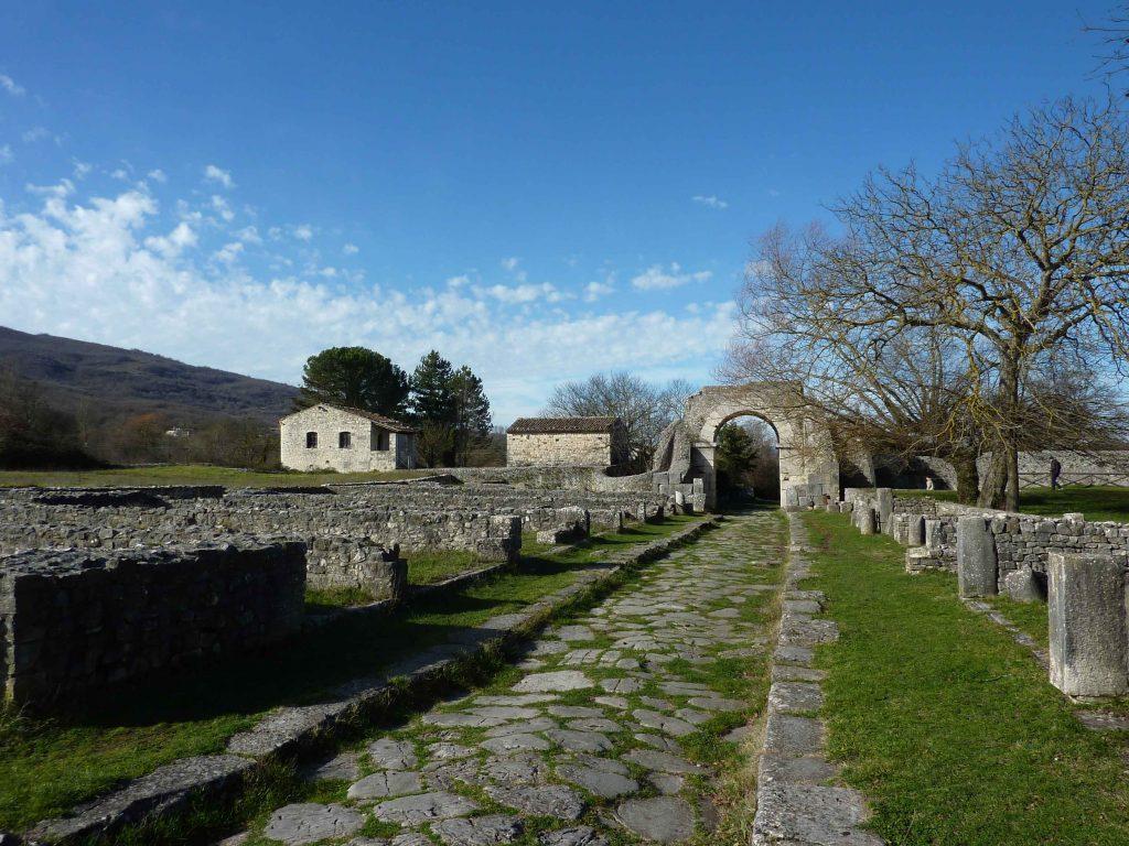 Il decumano una delle strade principali della città di Sepino e i resti delle abitazioni ai lati