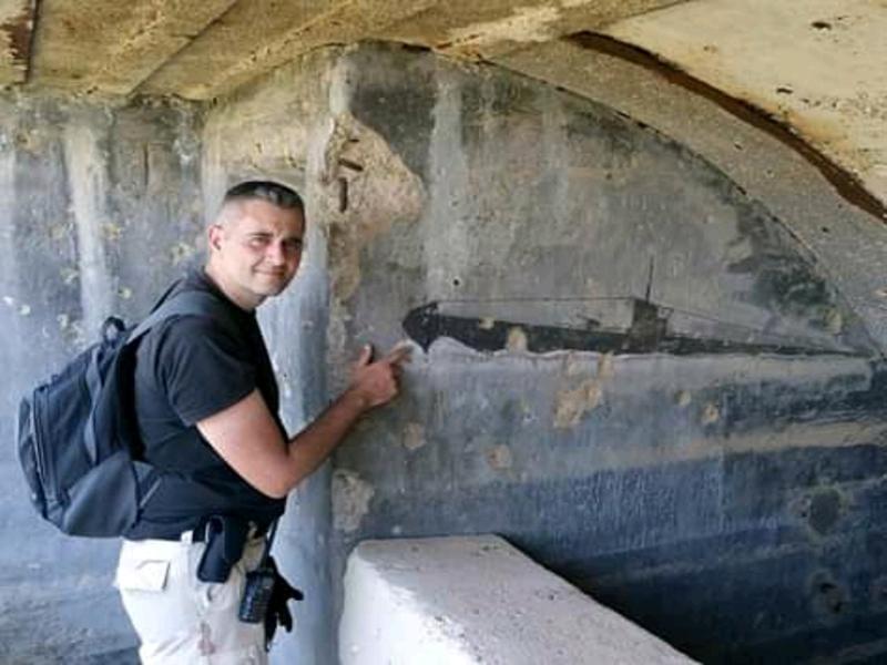 Konstantinos Kyrimis dentro una grotta