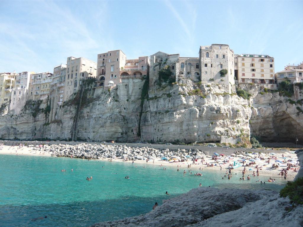 la rupe di Tropea con la rocca in tufo vista dal mare e con la spiaggia gremita di bagnanti
