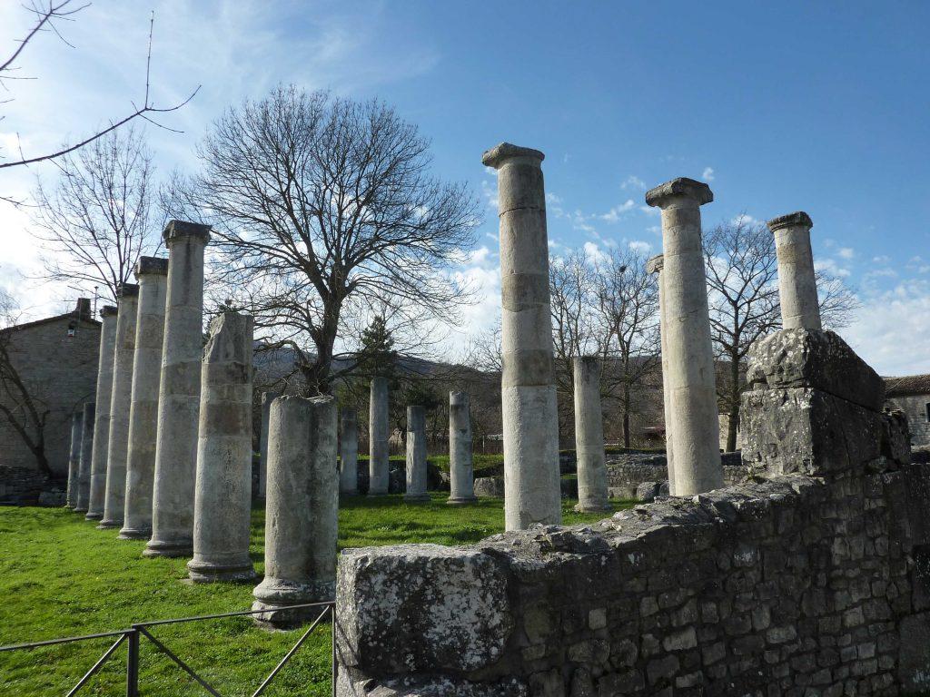 Le colonne ioniche a fusto liscio della Basilica di Sepino