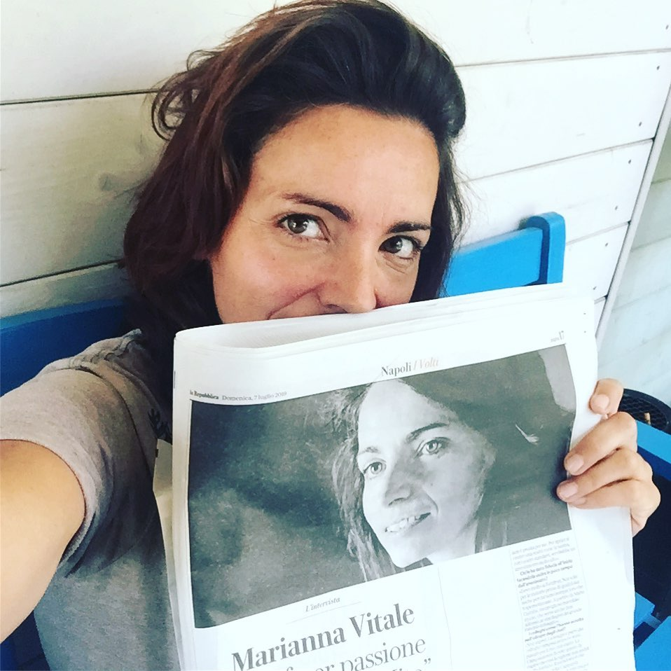 Marianna Vitale con il giornale in mano