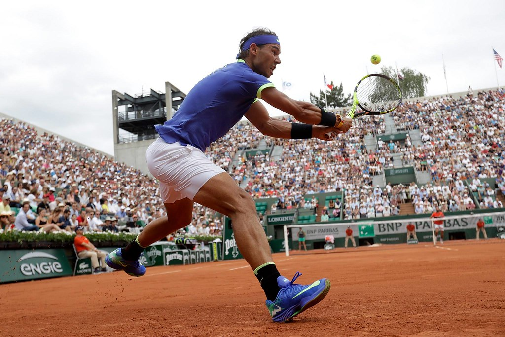 Gesto atletico di Rafael Nadal in un primo piano
