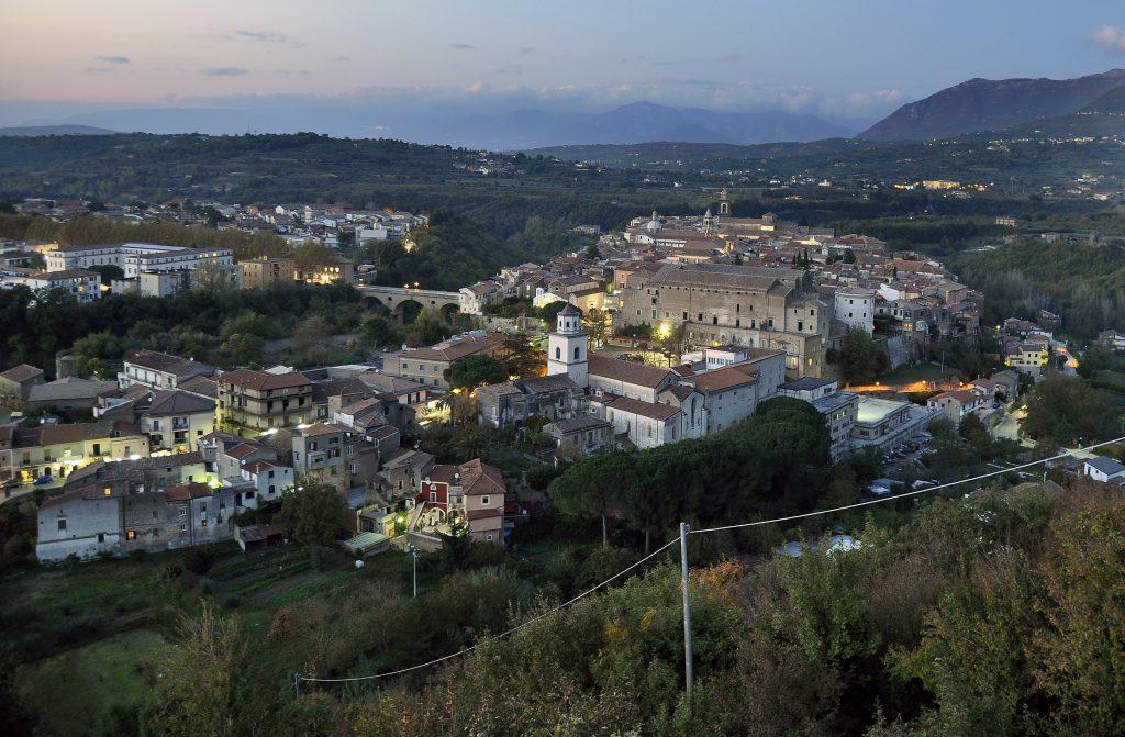 panorama di Sant'Agata de'Goti con la vista del centro storico e della città nuova