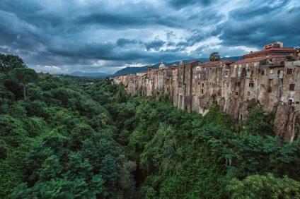 vista di Sant'Agata de' Goti dal ponte del torrente Martorano con la rocca e le case incastonate nel tufo