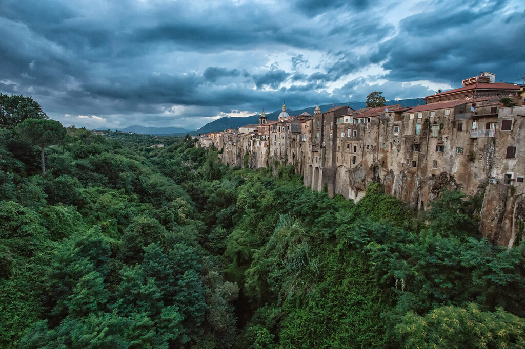 vista di Sant'Agata de'Goti dal ponte del torrente Martorano con la rocca e le case incastonate nel tufo