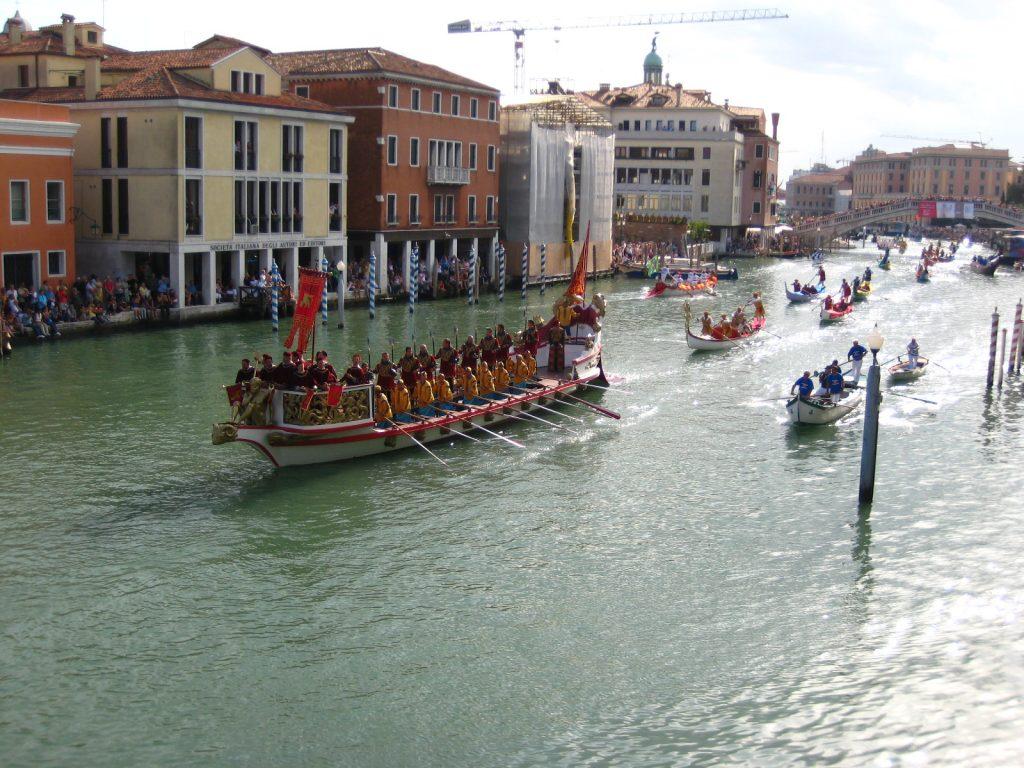 Regata Storica - una regata nel canale