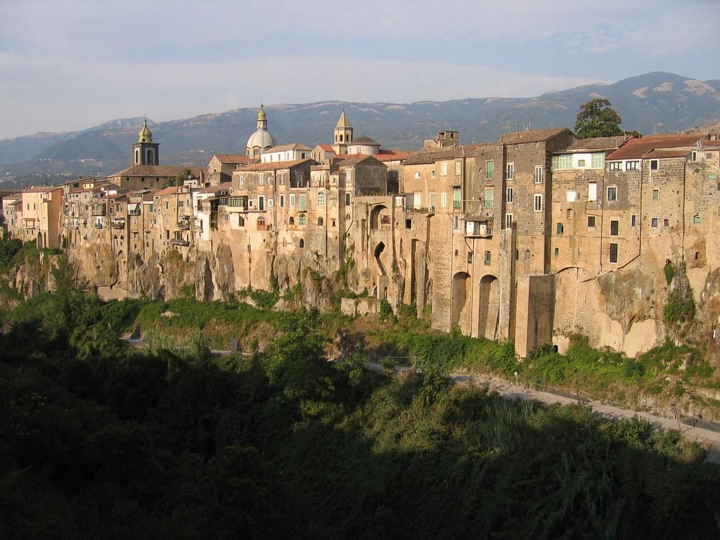 vista della città di Sant'Agata de'Goti dal ponte con la roccia di tufo in evidenza